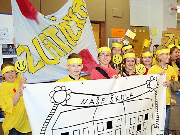 Soutěžní tým Zlatíčka ze Základní školy v Hornické ulici v Tachově přišli povzbudit jejich spolužáci i učitelé (na snímku). Zlatíčka byla přesvědčena, že budou hlavním favoritem na vítězství.