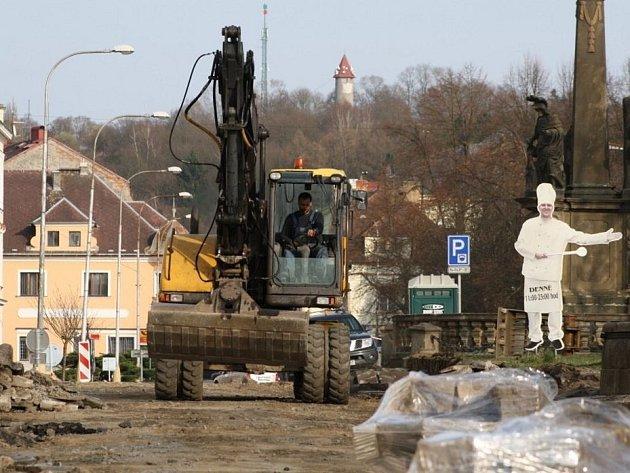 Planá rekonstruuje náměstí.