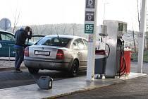 Řidiči, kteří tankují několikrát v týdnu plnou nádrž, pociťují nízké ceny hlavně na finanční rezervě.