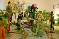 Současná výstava na tachovském zámku ručně pletených a háčkovaných modelů panenek z pohádky.