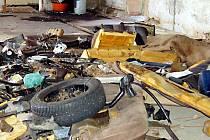 Trosky automobilů  se tentokrát objevily v objektu bývalé granulárny v Třískolupech. Nové ilegální autovrakoviště mají zřejmě na svědomí titíž  lidé, kteří už jedno založili v Rájově.
