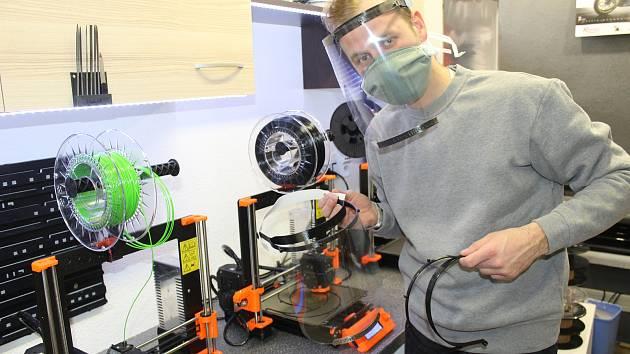 Petr Koryťák začínal s výrobou štítů doma v garáži, nyní je spolumajitelem firmy, která jich produkuje až patnáct set týdně.