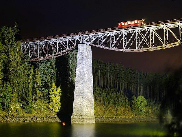 Most vedoucí přes vodní nádrž Hracholusky se zahalil do barev.