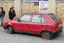 NEPOJÍZDNÝ. Také tento automobil neunikl pozornosti pachatelů, kteří o víkendu poničili pneumatiky u několika desítek vozů v Boru.
