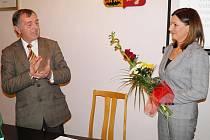 Bývalý starosta Plané Karel Vrzala potleskem blahopřeje nové starostce Martině Němečkové