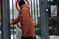 KRIZE  MÁ DALŠÍ OBĚŤ. Do půl roku se brána firmy Elektrometall (na snímku) v Chodové Plané natrvalo uzavře.