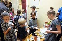 PO ČOKOLÁDOVÉM KONCERTU čekala děti sladká tečka v podobě ochutnávek čokoládových dobrot.
