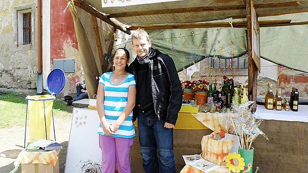 HISTORICKÝ JARMARK a stánek kladrubské základní školy navštívil v sobotu také populární  doktor z Ordinace v Růžové zahradě, plzeňský herec Martin Stránský.