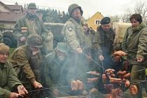 Nejen kladení věnců, piety a jízdy veteránů. Také vůně buřtů pečených na ohni patřila letos k oslavám osvobození. Snímek je z Konstantinových Lázní.