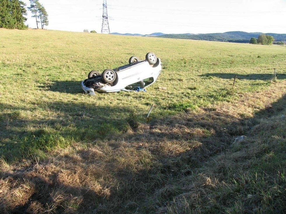 Při karambolu nedaleko Stráže se zranila řidička, pro kterou musel přiletět vrtulník. Z vozu jí vyprostili svědci.