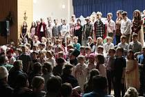 Opět po roce se celá škola sešla při tradiční vánoční besídce v Chodové Plané.