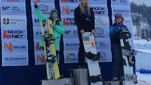 Závodnice ve snowboardcrossu Karolína Šperlová (vpravo) brala na Dolní Moravě bronz.
