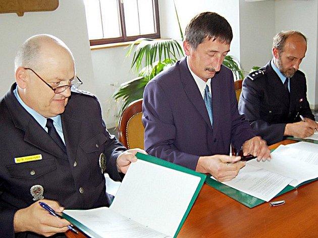 Koordinační smlouvu podepsali náměstek ředitele krajského policejního ředitelství Vratislav Hubka, starosta Stříbra Miroslav Nenutil a vedoucí policejního tachovského územního odboru veřejné služby Luděk Svoboda (zleva).