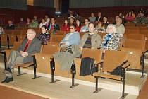 Plánští v místním biografu poslouchají projev Markéty Novotné.