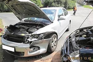 ŘIDIČKA STŘÍBRNÉ OCTAVIE nedala přednost tmavému Fordu Ka, které řídila šoférka s mokrým řidičákem.