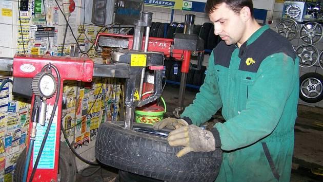 Karel Čech (na snímku) říká, že nejlepší jsou kvalitní značkové pneumatiky. Velkým problémem je prodej pneumatik na internetu, kde se mohou vyskytnout i nekvalitní výrobky.