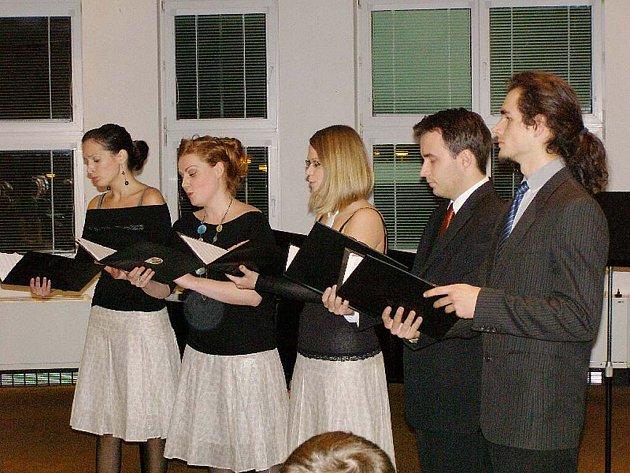 Koncert učitelů stříbrské ZUŠ se konal v aule gymnázia.