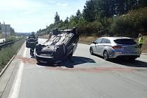 Převrácené auto na D5 u Kladrub.