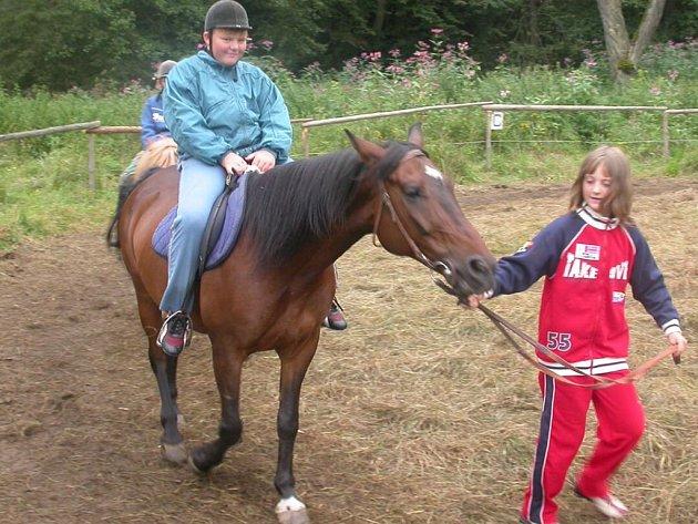 Kladrubský jezdecký oddíl Pony Farm pořádá mimo jiného také kurzy jízdy na koních. Ty se pravidelně konají v letním táboře ve Svojšíně (na snímku)