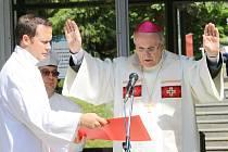 Biskup František Radkovský žehná pramenům v Konstantinových Lázních.