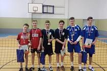 Stříbrná nohejbalová dvojice Lukáš Tolar, Pavel Gaszczyk (na snímku uprostřed v černých dresech) vybojovala v pohárovém turnaji druhé místo.