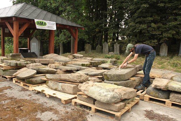 NA ŽIDOVSKÝ HŘBITOV V TACHOVĚ  se po letech vrací staré židovské náhrobní kameny