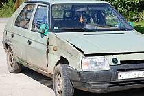 Vozidlo (na snímku), kterým pachatel porazil malé dítě, našli policisté na dvoře u rodinného domu v obci Lhotka.
