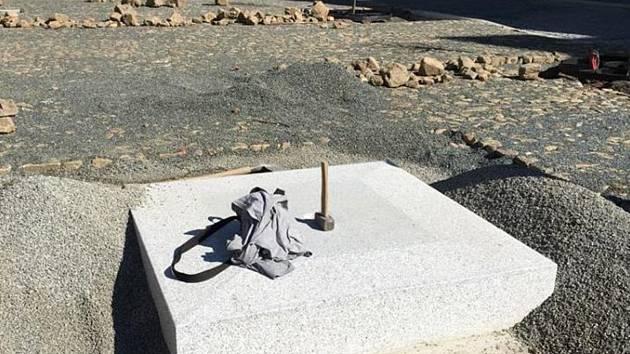 NOVÝ PAMÁTNÍK NAHRADÍ PAMĚTNÍ DESKU z roku 1990 a bude připomínat hrdinství amerických vojáků při osvobození Plané v květnu 1945. Kámen na jeho výrobu byl dovezený z Francie, monument je ze světle šedé žuly ve tvaru mírně se zužujícího hranolu s nízkou šp
