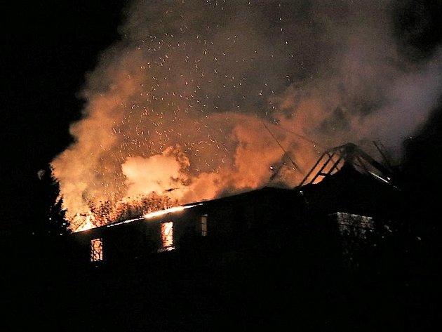 Požár střechy zámku v Plané