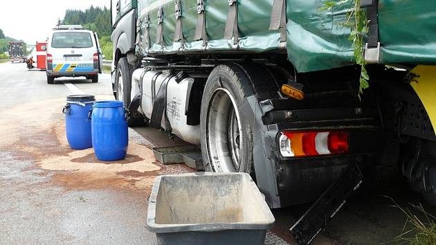 Z havarovaného kamionu unikala nafta.