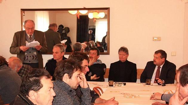 STŘÍBRŠTÍ VČELAŘI při své výroční členské schůzi.