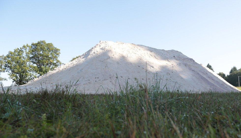 Dvě obří hromady vápnitého dolomitu vyrostly u Lesné a Staré Knížecí Huti. Poslouží k vápnění lesního porostu mezi těmito příhraničními obcemi  na Tachovsku.