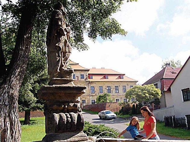 Historická kašna na návsi ve Svojšíně opět slouží jako místo relaxace. Po několika desetiletích se do ní totiž opět vrátila voda. Se svoji dcerkou si u kašny ráda odpočine i Dana Divišová (na snímku).