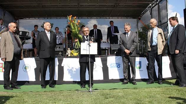 STAROSTA František Trhlík je na práci kterou odvedli obyvatelé a obec patřičně pyšný.