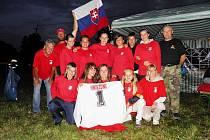 Dvanáct hasičských sborů dobrovolných hasičů v sobotu večer zápolilo na starosedlecké louce v nočním požárním útoku.
