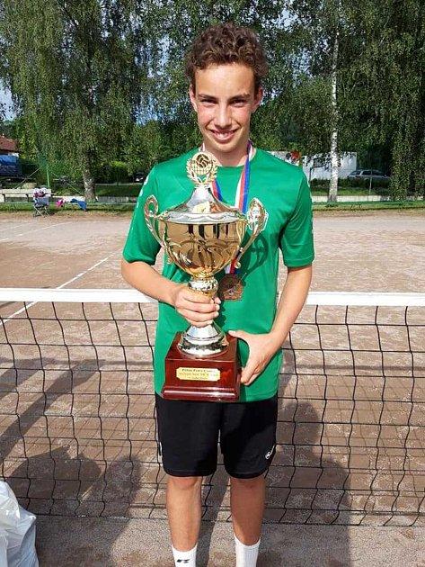 Lukáš Tolar si zčeského nohejbalového šampionátu starších žáků přivezl ipohár za nejlepšího hráče turnaje.
