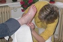 Helena Koloušková se věnuje péči o nohy.