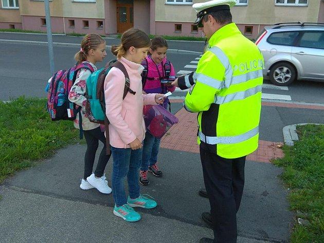 ZA BEZPEČNÝ pohyb policisté školáky odměnili.