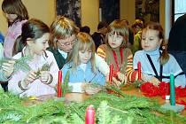 Děti z přimdské základní školy vyráběly svícny, přánička, svíčky a drátěné ozdoby.