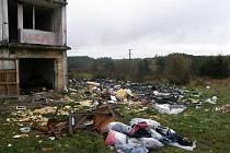 Vybydlená bytovka, kde pobývali lidé, ktří o sobě tvrdili, že jsou Romové.