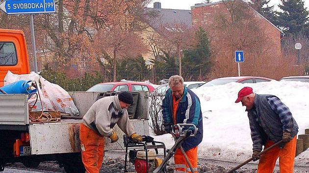 Pracovníci Správy a údržby silnic Stříbro zahájili včera v ulici Panenská menší opravy na tachovských komunikacích.