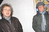 Dušan Kokaisl a Kamal Iccac společně malují obrazy, které jsou právě vystavovány v Galerii ve věží v Plané.