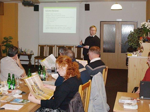 JAN FLORIAN prezentuje návrhy řešení, jak přilákat na Tachovsko více turistů. Jedním z nich je ucelené logo pro celý region a internetový portál.
