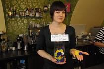 Silvie Kahovcová s víčky, která do cukrárny nosí občané.