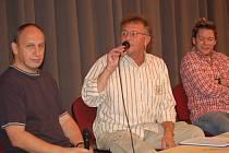 Jan Kraus, Václav Kosík a Matěj Ruppert (zleva) pobavili v úterý večer tachovské publikum. O talk show byl takový zájem, že sál kina Mže byl dvakrát vyprodán.