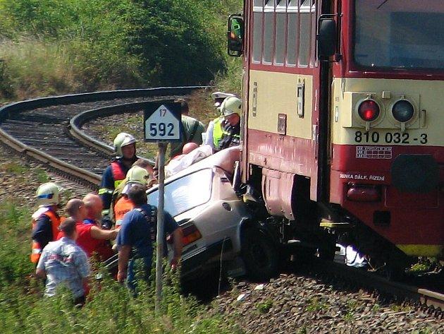 Osobní vozidlo tlačil vlak několik desítek metrů.