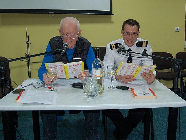 Zpívánky tentokrát s tachovským rodákem a námořním důstojníkem Petrem Sovičem. Na obrázku s Karlem Johanou zpívají jednu ze známých českých písniček.