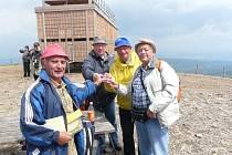 Parta čtyř seniorů z Přimdy, Stříbra, Studánky a Tachova překonala pěšky naše nejvyšší hory a stanula na Sněžce.