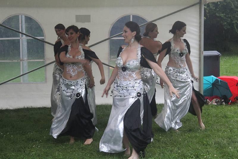 Také odpolední a večerní program Minislavností v Tachově byl poznamenán vytrvalým deštěm.