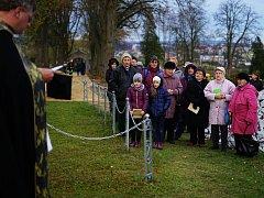 Dušičková pobožnost na tachovském hřbitově.